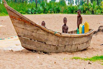 Oeganda Reis Kinderen Vissersboot